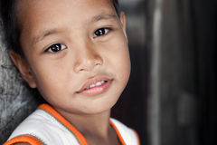 Junges verarmtes asiatisches Jungenportrait Lizenzfreie Stockfotos