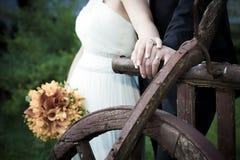 Junges verheiratetes Paar, das Hände hält Stockbilder