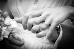 Junges verheiratetes Paar, das Hände hält Lizenzfreies Stockbild