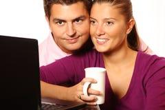 Junges verheiratetes Paar, welches das Internet durchstöbert Stockfotografie