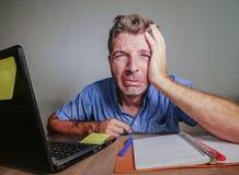 Junges verrücktes betontes und überwältigtes Mannarbeiten unordentlich am Schreibtisch hoffnungslos mit Laptop-Computer Schreien  Stockfotos