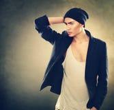Junges vorbildliches Mannporträt der Mode Stockfotografie