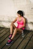 Junges weiblicher Athlet messagin auf Smartphone Lizenzfreie Stockbilder