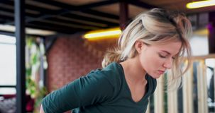 Junges weibliches übendes Yoga des Porträts zu Hause in überraschendem Dachbodenwohnzimmer, das sie zu den Übungen konzentriert e stock video footage