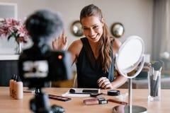 Junges weibliches Aufnahmevideo für ihr Blog auf dem Thema der Schönheit Stockbilder
