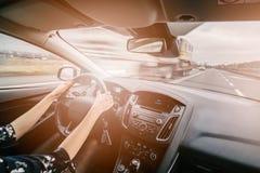 Junges weibliches Autofahren stockbild