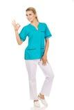 Junges weibliches Doktor- oder Krankenschwestergestikulieren vollkommen Stockfotos