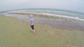 Junges weibliches Gehen auf den Strand und Denken an das Leben, Luftbrummenschuß stock video