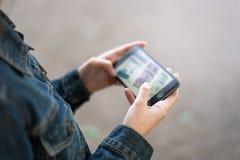 Junges weibliches Mädchen mit Smartphone Lizenzfreie Stockbilder