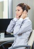 Junges weibliches Service-Vertreter Listening To Customer Lizenzfreie Stockfotografie