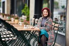 Junges weibliches Sitzen am Café auf der Straße von Budapest Stockbild
