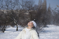 Junges weibliches Spielen mit Schnee im Winter Lizenzfreies Stockfoto