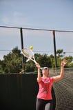 Junges weibliches spielendes Tennis Stockfoto