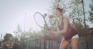 Junges weibliches spielendes Tennis im Freien auf Tennisplatz 4K stock video footage