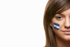 Junges weibliches Sport-Gebläse mit Honduras-Markierungsfahne auf Gesicht Lizenzfreie Stockfotos