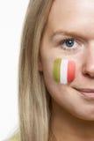 Junges weibliches Sport-Gebläse mit italienischer Markierungsfahne malte Stockfotografie