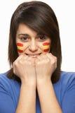 Junges weibliches Sport-Gebläse mit spanischer Markierungsfahne Stockfoto