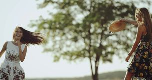 Junges weibliches Tanzen zwei mitten in der Natur, die ein Retro- Kleid, Hintergrund ein schöner Retro- Bus trägt stock video footage