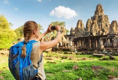 Junges weibliches touristisches nehmendes Bild von Bayon-Tempel, Angkor Stockbilder