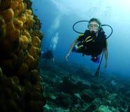 Junges weibliches Unterwasseratemgerättaucherportrait Stockfotos