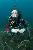 Junges weibliches Unterwasseratemgerättaucherportrait Lizenzfreies Stockbild