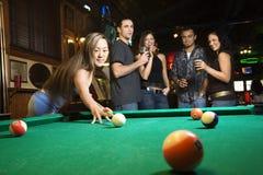 Junges weibliches Vorbereiten, Poolkugel zu schlagen. Lizenzfreie Stockbilder