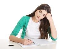 Junges zufälliges Frauenschreiben im Arbeitsbuch. lizenzfreies stockbild