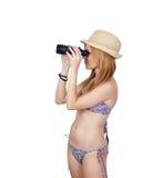 Junges zufälliges Mädchen mit Bikini aufpassend für ein binokulares Stockfoto