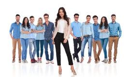 Junges zufälliges Team mit dem Geschäftsfrauführer, der in der Front steht Stockbild