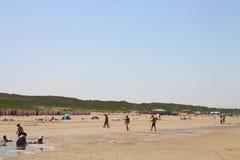 Junges zwischen verschiedenen Rassen glückliches spielerisches Paarhändchenhalten, das auf den Strand hat Spaß auf Reiseferien -  Stockfoto