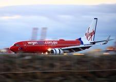 Jungfrau blaues Boeing 737 in der Bewegung auf Laufbahn. lizenzfreie stockbilder