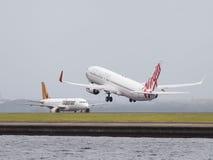 Jungfrau Boeings 737-8FE steigt, Sydney an Lizenzfreies Stockfoto