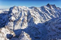 Jungfrau-Gebirgswand in der Winterhubschrauberansicht Stockbilder