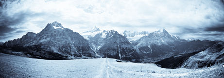 Jungfrau Gebirgszug B&W stockfotos