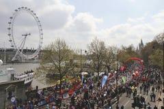 Jungfrau-London-Marathon 2010 und London-Auge Stockfotos