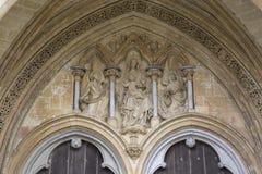 Jungfrau Maria auf Salisbury-Kathedralen-Fassade, England stockbild