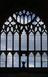 Jungfrau Maria im gotischen Fenster Stockfotos