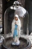 Jungfrau Maria im Regen Stockfotos