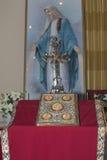 Jungfrau Maria, Quer- und heilige Bibel Lizenzfreies Stockbild