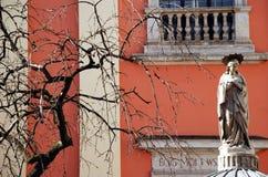 Jungfrau- Mariastatue vor Kirche Lizenzfreie Stockfotografie