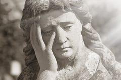 Jungfrau- Mariastatue Weinleseskulptur der traurigen Frau im Leid Rel lizenzfreies stockbild