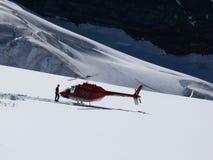 Jungfrau, Suiza 08/06/2009 Helicóptero coloreado rojo y mA imagen de archivo libre de regalías