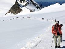 Jungfrau, Svizzera 08/06/2009 La gente sulle tracce della neve fotografia stock libera da diritti