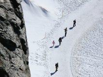 Jungfrau, Svizzera La gente sulle tracce della neve fotografia stock libera da diritti