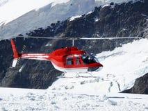 Jungfrau, Switzerlan Rode helikopter op hoge bergsneeuw royalty-vrije stock foto