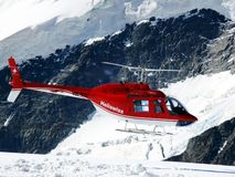 Jungfrau, Switzerlan, 08/06/2009 Rode helikopter op hoge mountai stock foto's