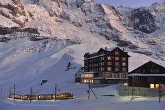 Jungfraubahn som ariving i den Kleine Scheidegg stationen schweiziska alps Royaltyfri Fotografi