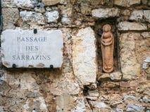 Jungfraufigürchen in der Wand des mittelalterlichen Hauses Lizenzfreies Stockbild