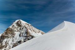 Jungfraujoch, parte da montanha alpina da neve dos cumes suíços Imagem de Stock