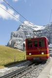 Jungfraujoch Schweiz - Augusti 22, 2015: Berömt kuggehjuldrev Royaltyfria Bilder